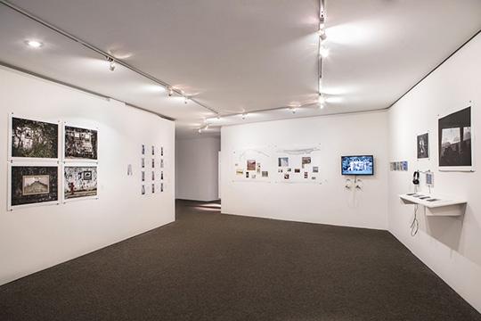 Exposição Sobre lugares e gestos, 2014. Na sequência, Alan Oju, Santarosa Barreto, Coletivo Garapa, Sári Ember. Foto: Letícia Godoy/MIS.
