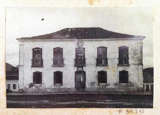 Pierre Verger: Casa de Câmara e Cadeira, Rio de Contas da Bahia, Arquivo Fotográfico do IPHAN (detalhe de ficha de cartolina, onde se encontram três fotos coladas, todas relativas a este bem - Foto: 36.715.), 1951.