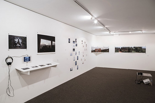 Exposição Sobre lugares e gestos, 2014. Na sequência, Pedro Hurpia, Andressa Ce., Breno Rotatori. Foto: Letícia Godoy/MIS.